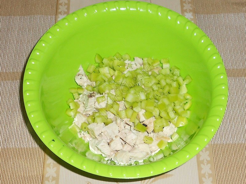 Pepper remove seeds, wash, cut into cubes and put into a salad bowl.
