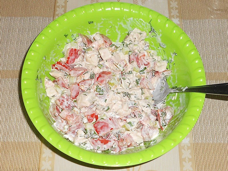 Salad sprinkle with salt, stir, season with mayonnaise.
